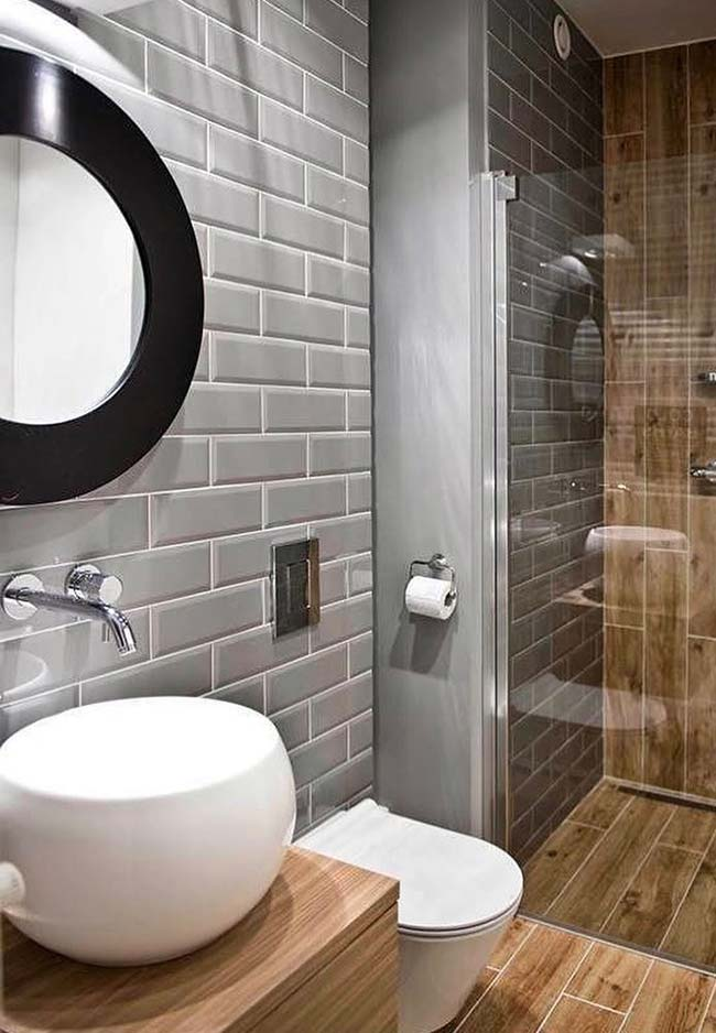 Cinza, preto e madeira compõe a decoração desse banheiro pequeno decorado