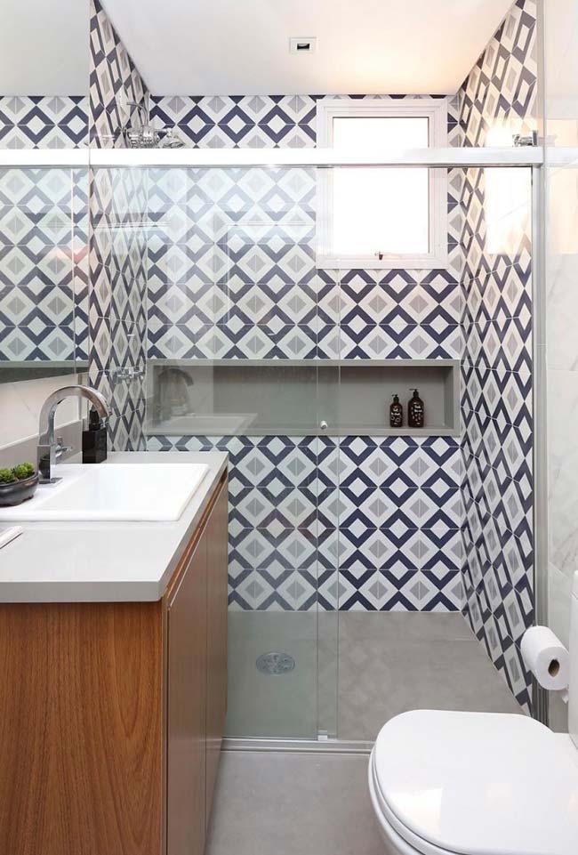 Cinza dos ladrilhos do box se harmoniza com o restante do cinza do banheiro