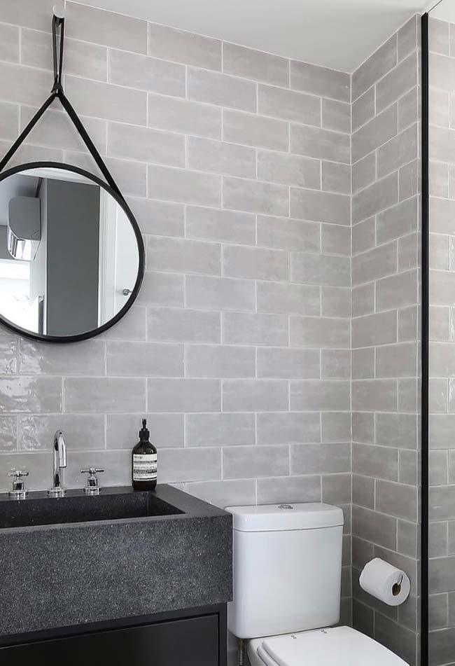 Preto sempre pode ser usado na decoração de banheiros pequenos decorados