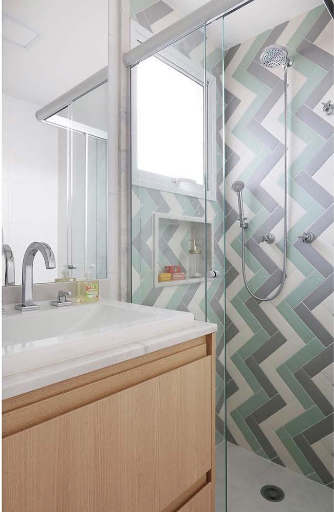 Gabinete desse banheiro pequeno decorado termina em cima da abertura da porta do box