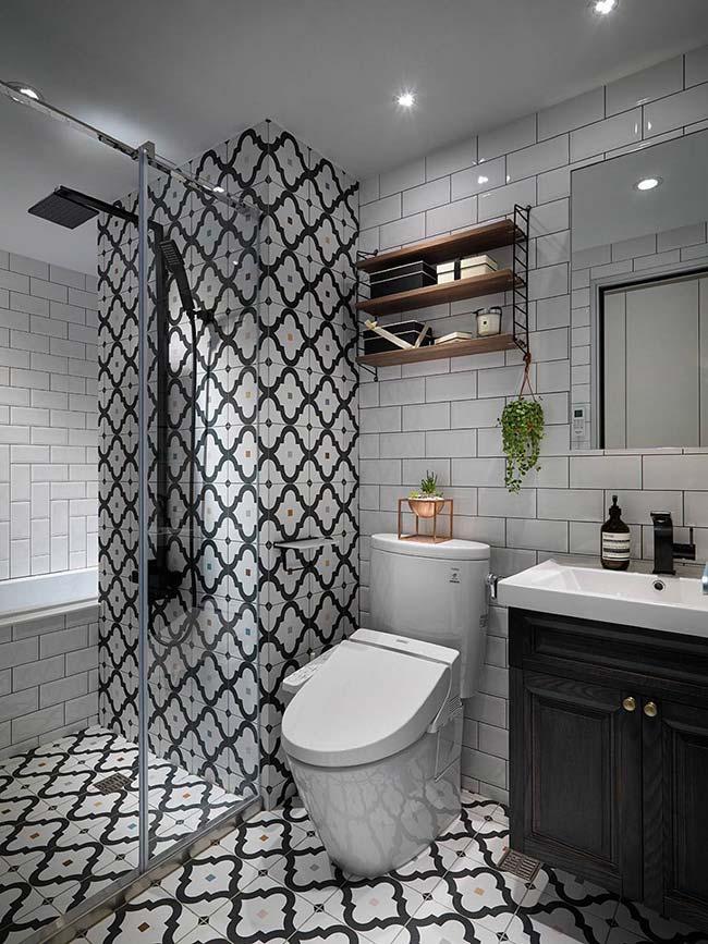 banheiro pequeno decorado em preto e branco