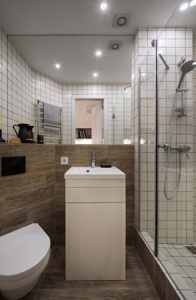 Meia parede foi revestida em tom diferente do restante do banheiro