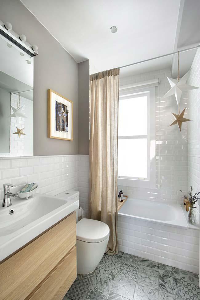 Quem disse que banheiro pequeno não pode ter banheira?
