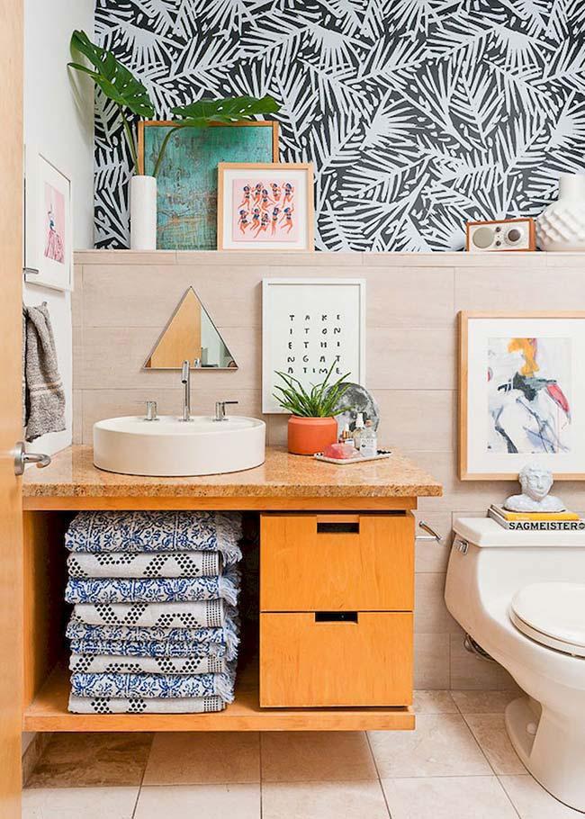 Banheiro pequeno decorado com papel de parede