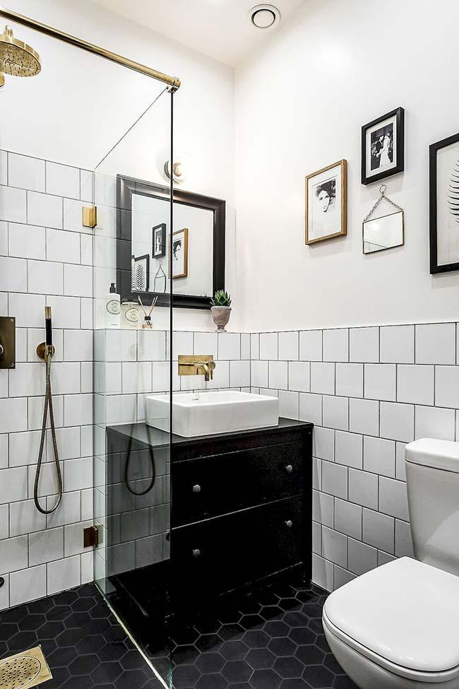 Deixe o preto para a composição dos objetos e detalhes do banheiro pequeno decorado