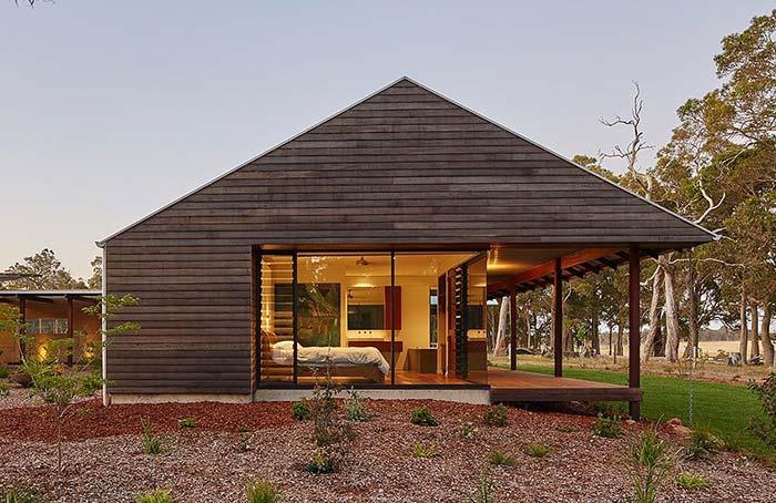 Casa de fazenda feita com toras de madeira