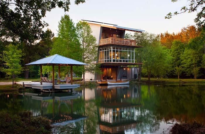 Além da casa, um deck sobre a água