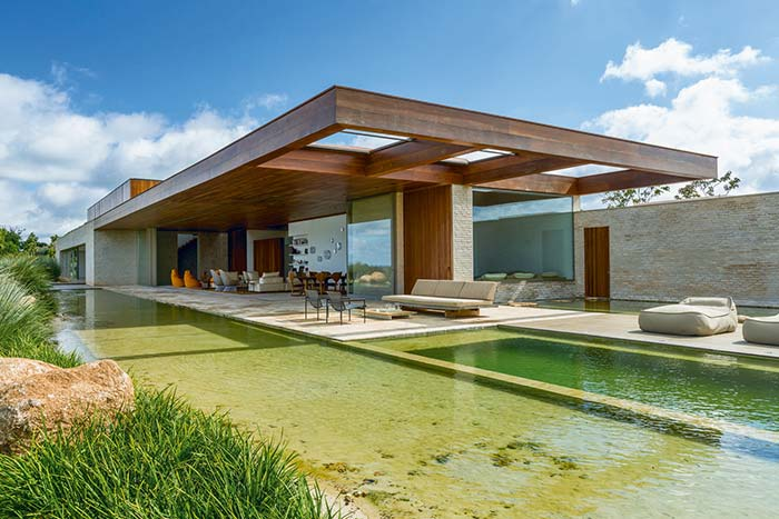 Casa de fazenda envolvida pela água