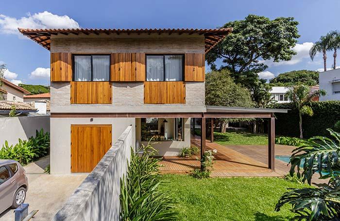 Casa de fazenda com portas e janelas de madeira
