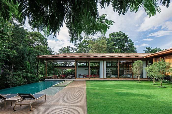 Casas de fazenda: piscina de um lado, gramado de outro