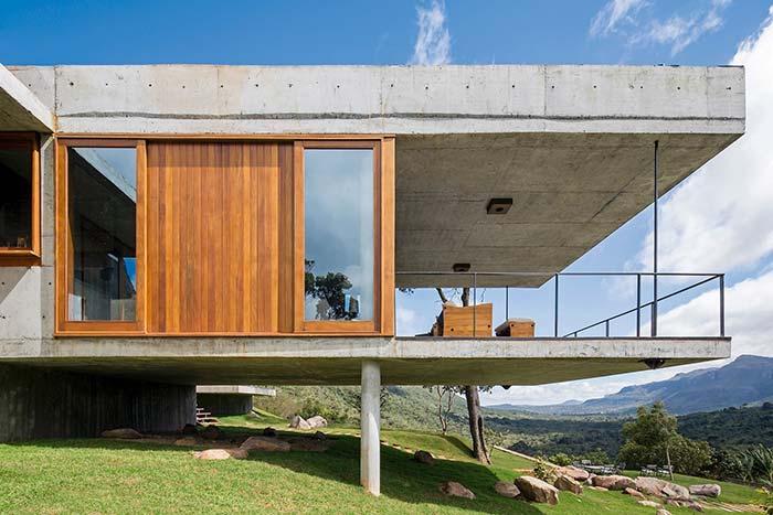 Quem disse que concreto aparente não combina com casas de fazenda?