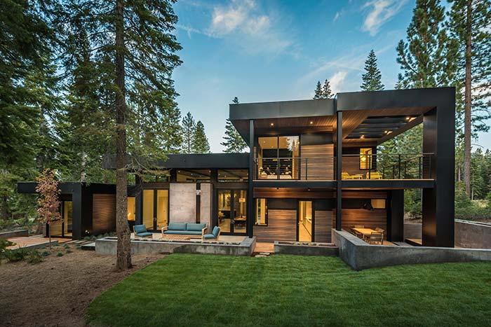 Casas de fazenda com pinheiros altos