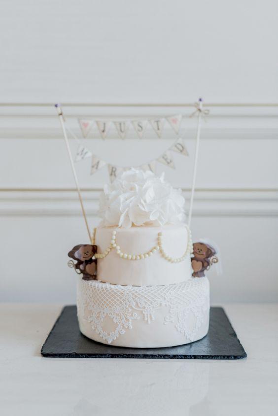 Bolo simples de casamento decorado com pasta americana