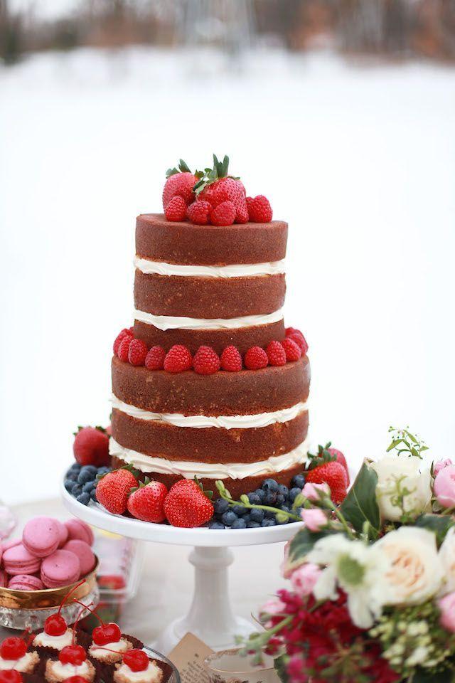 Bolo de casamento simples com morango e mirtilos