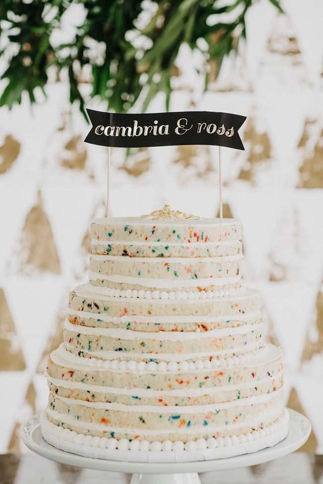 Pontinhos coloridos na massa deixam o bolo encantador