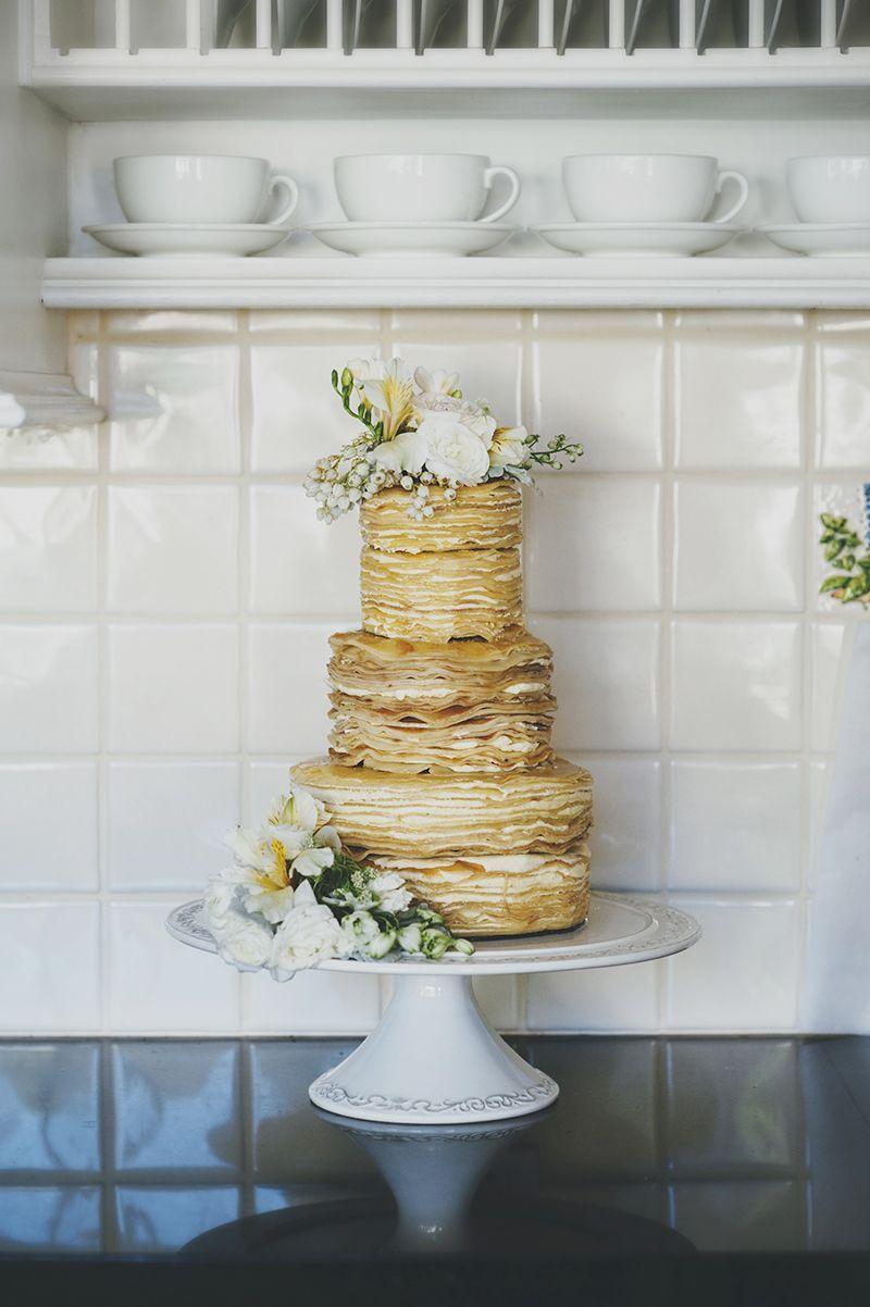 Naked cake simples decorado com flores brancas