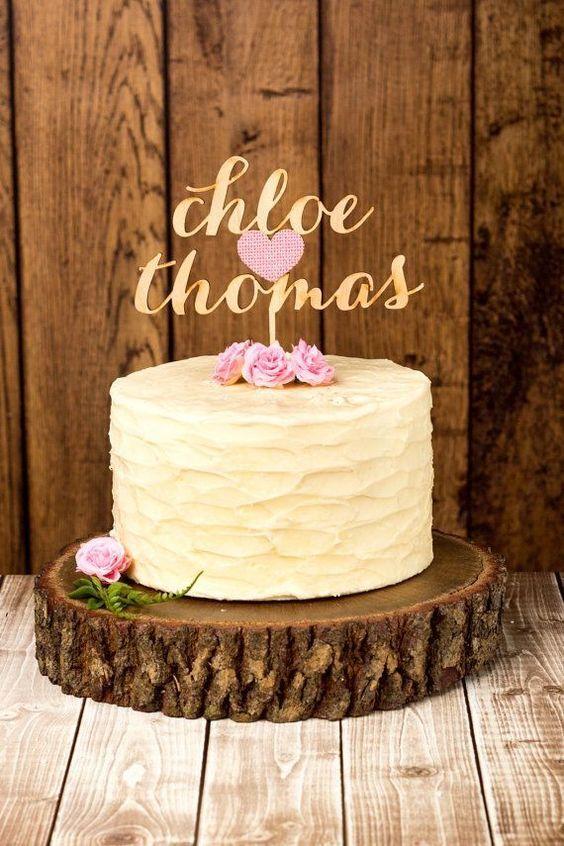 Tronco rústico como suporte para bolo de casamento simples