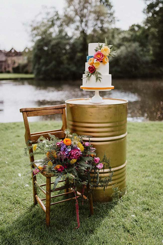 Flores do bolo de casamento simples combinando com os demais arranjos da festa