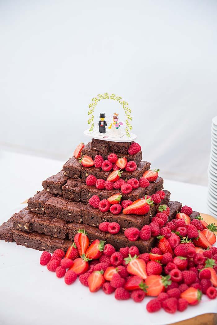Pedaços de brownies ao invés do bolo de casamento simples