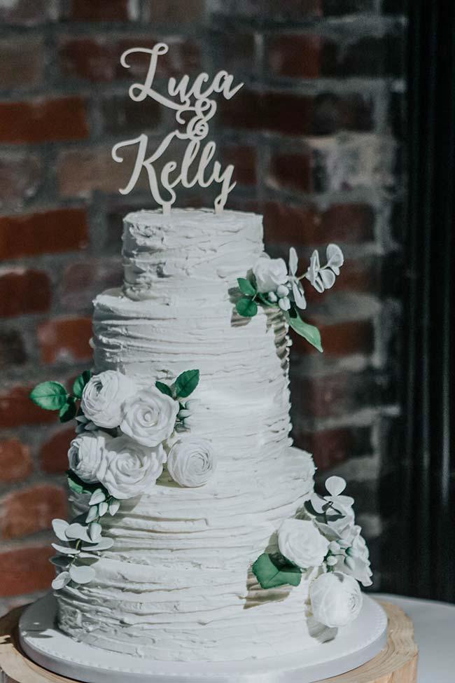 Coberturas e flores brancas para o bolo