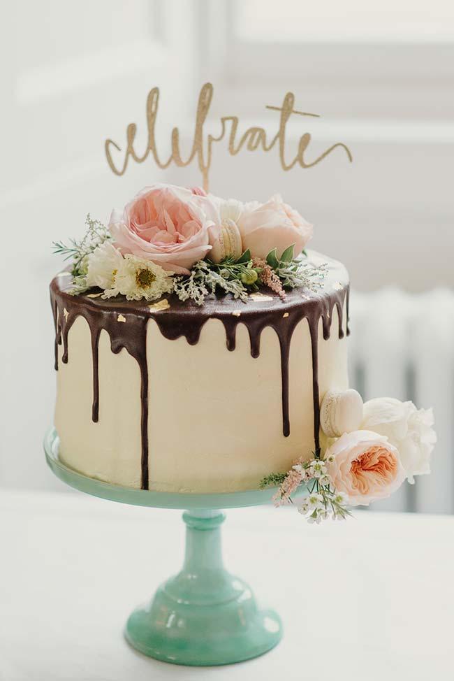 Azul pastel na bancada do bolo