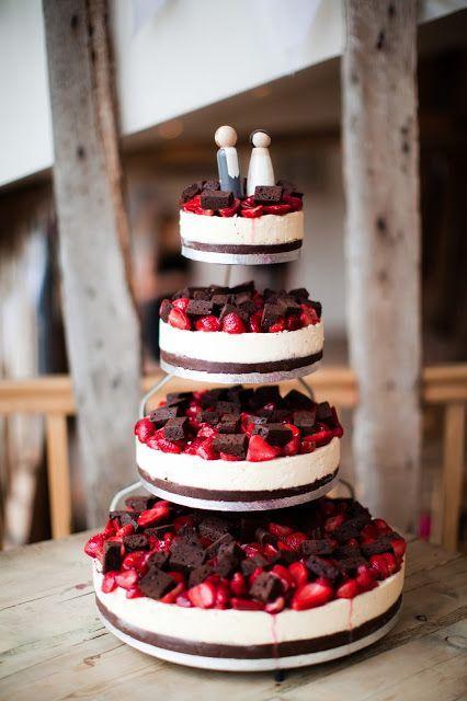 Chocolates e morangos no bolo de casamento simples