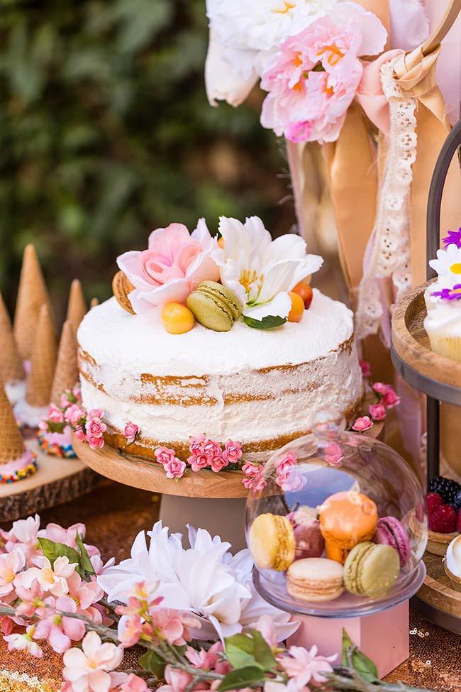 Naked cake espatulado decorado com macarons