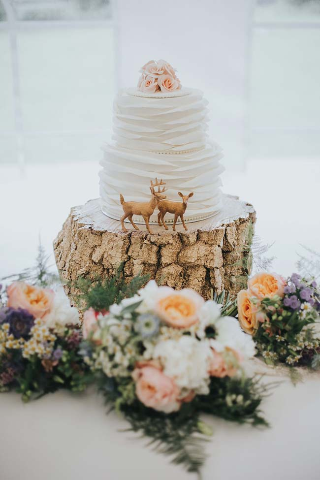 Cervos guardam o bolo de casamento simples