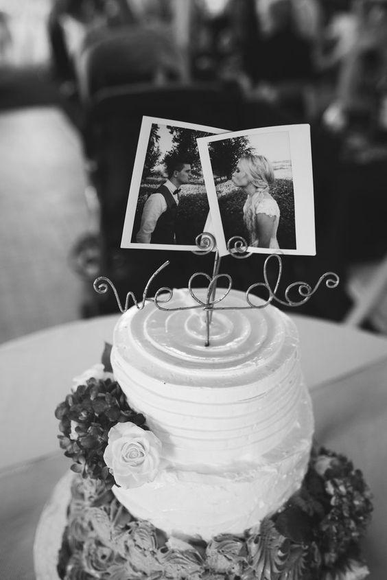 Personalize o bolo de casamento simples com fotos do casal