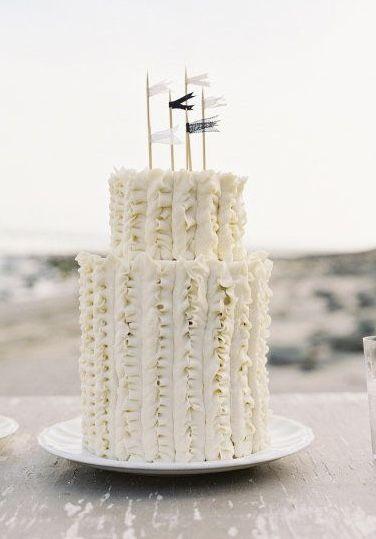 Bandeirinhas em cima do bolo de casamento simples