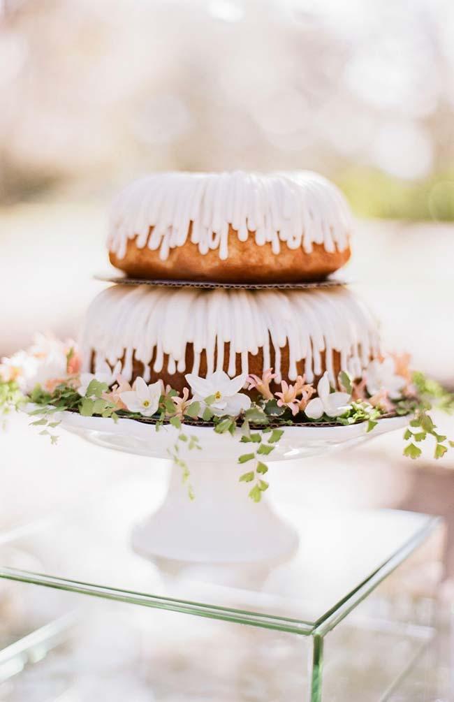 Avencas ao redor do bolo de casamento simples
