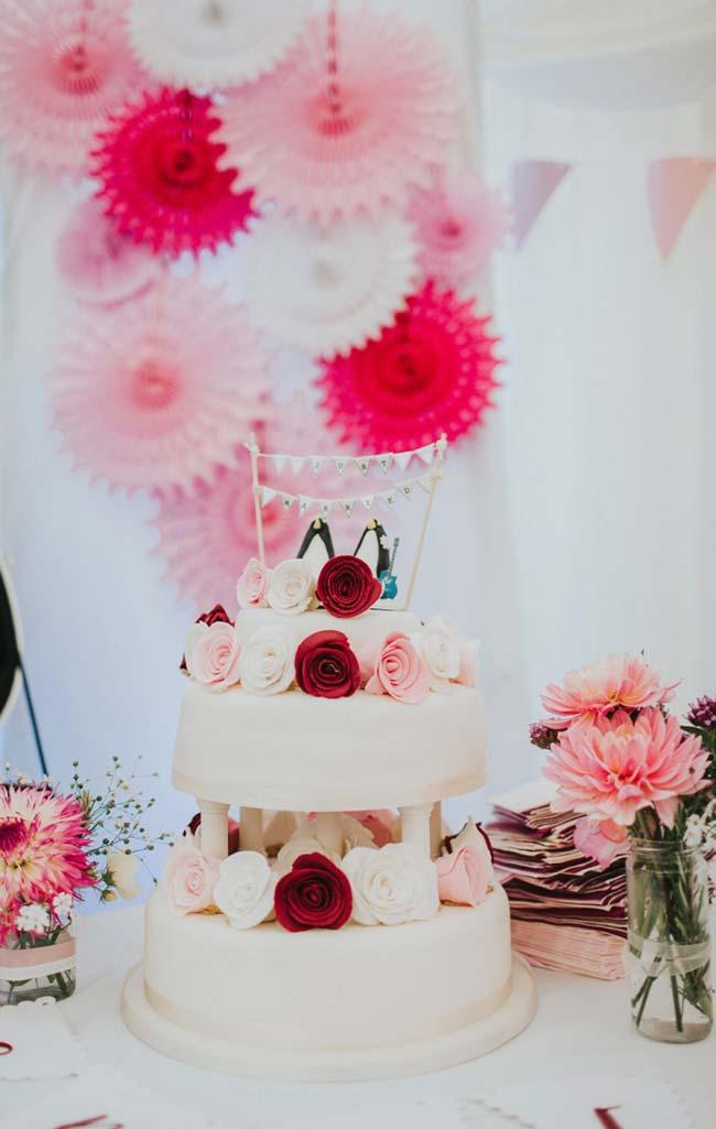 Bolo de casamento simples com rosas