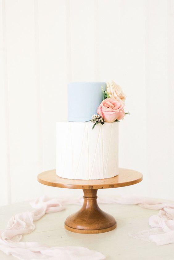 Um andar branco e outro azul no bolo de casamento simples