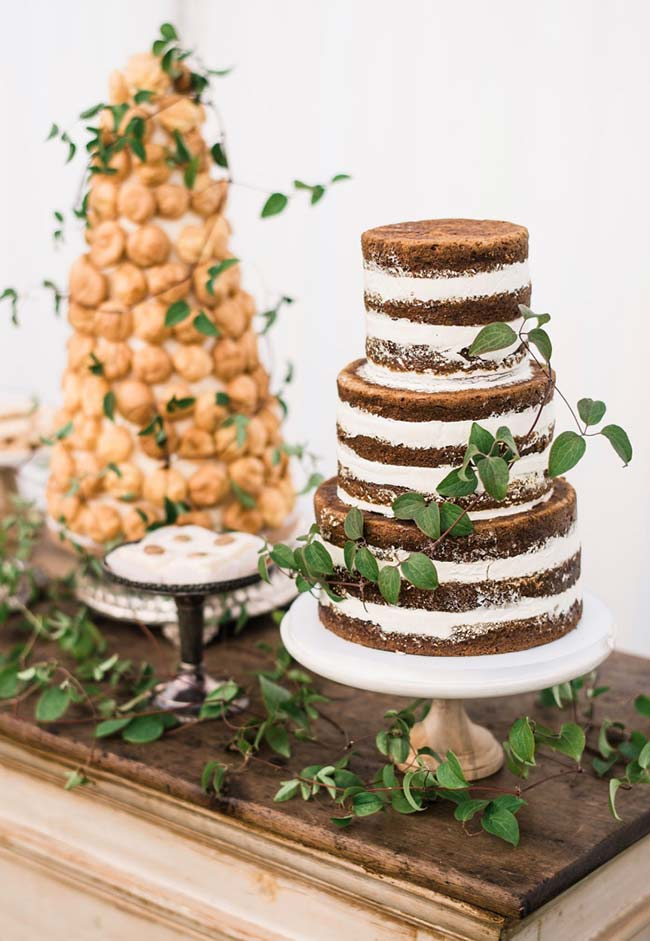 Naked cake com massa de chocolate