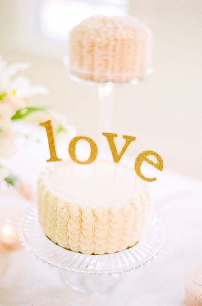 Bolo de casamento simples com amor