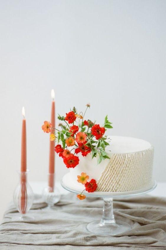 Bolo simples de casamento com chantilly e flores vermelhas