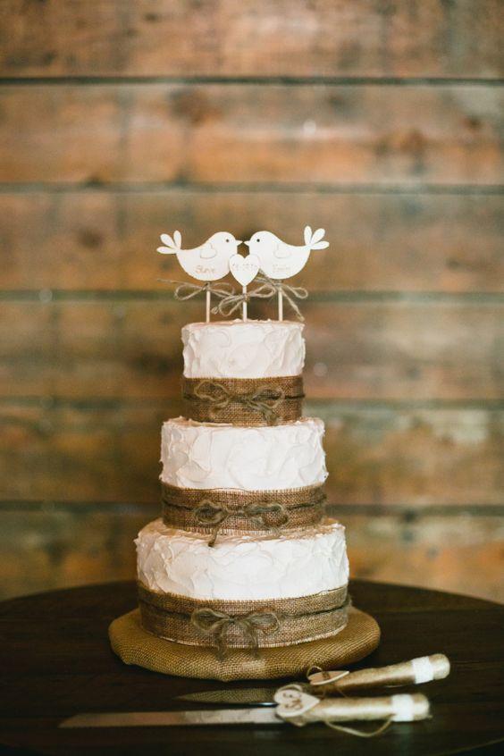 Bolo de casamento simples e rústico