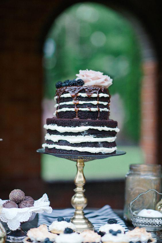 Bolo de casamento simples: naked cake preto e branco