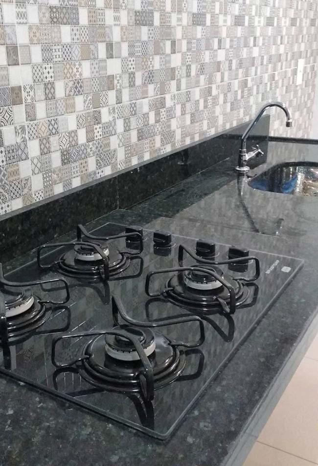 As bancadas escuras ficam ainda mais sofisticadas com o cooktop
