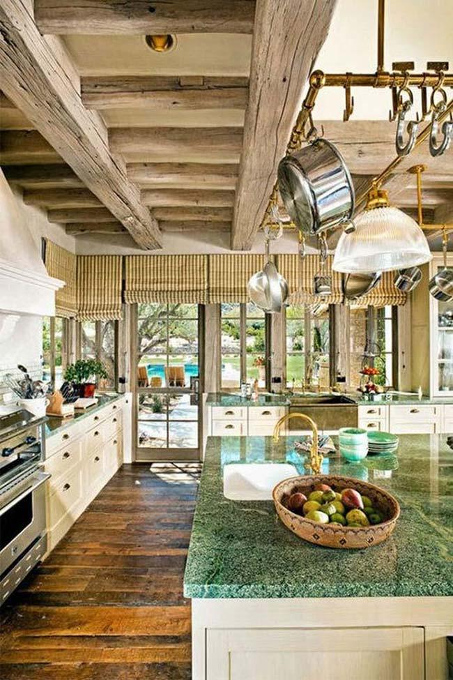 Cozinha rústica com granito Verde Ubatuba