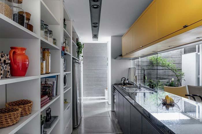 Verde Ubatuba completando o visual escuro de apenas um lado da cozinha