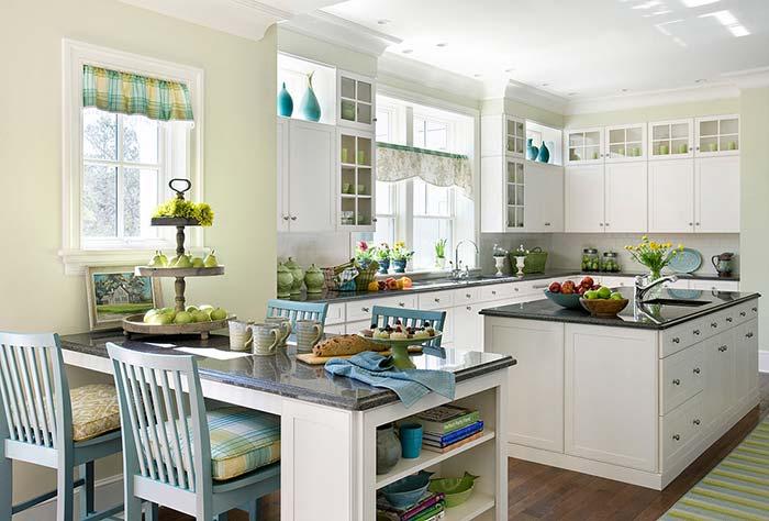 Nessa cozinha até a mesa foi feita de granito Verde Ubatuba