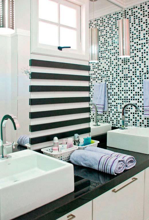 Granito Verde Ubatuba em contraste com o branco nesse banheiro