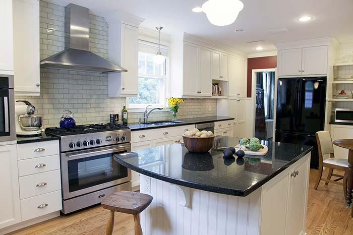 Bancada arredondada com granito Verde Ubatuba na cozinha