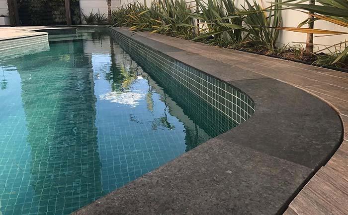 Granito verde Ubatuba na borda da piscina