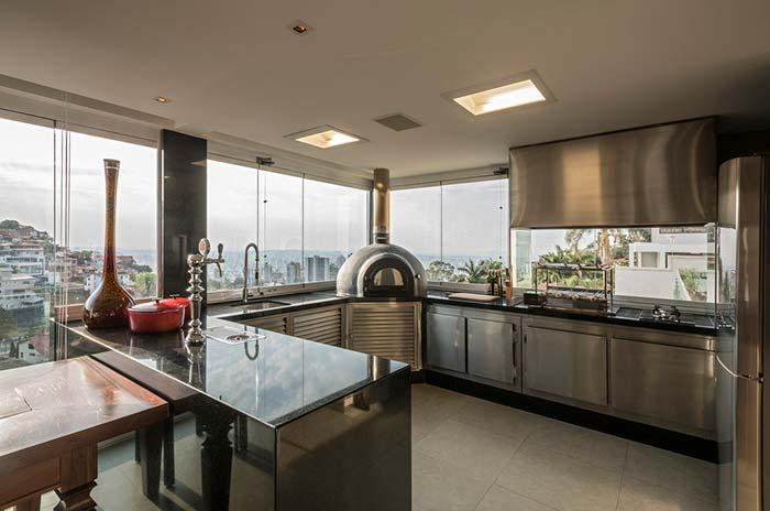 Cozinha de estilo industrial com bancada em granito Verde Ubatuba