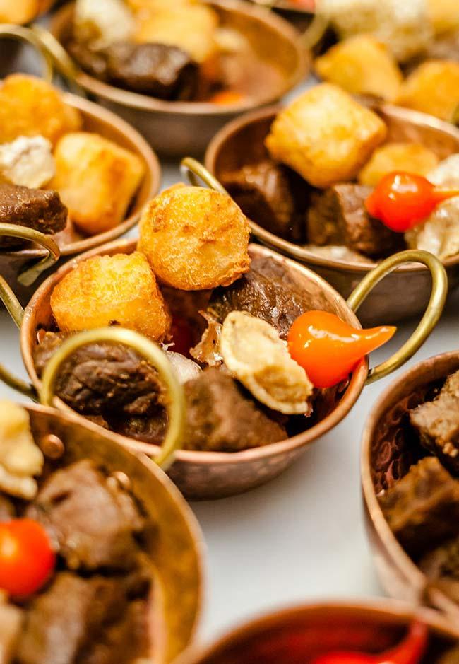 Porções de cozido para o cardápio da festa boteco