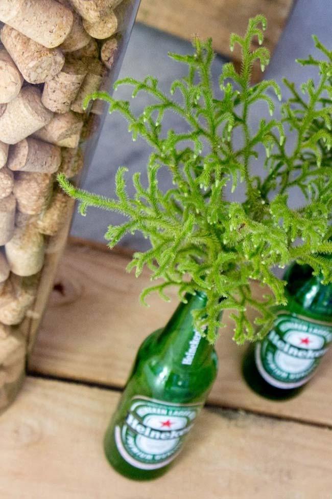 Garrafas vazias como vasos para decorar a festa com tema boteco