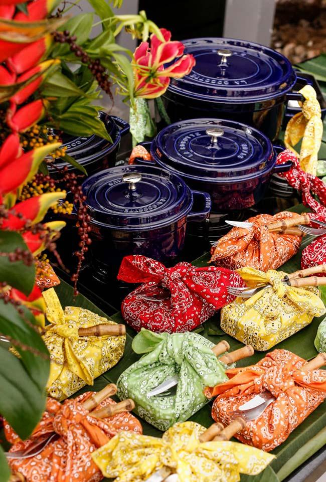 Refeições self-service com pratinhos enrolados em guardanapos de tecido estilo trouxinha
