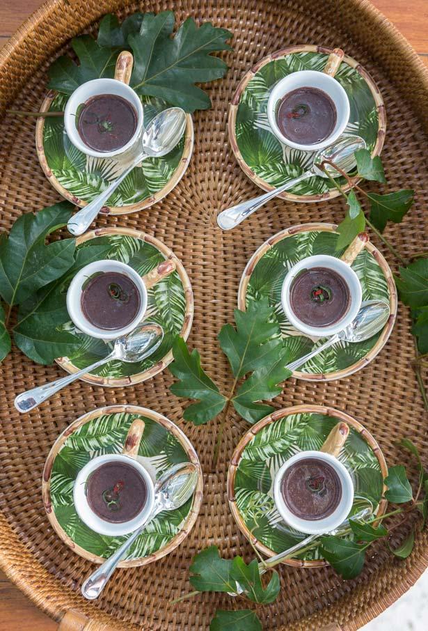 Caldinho de feijão servido em xícaras de café para a festa boteco